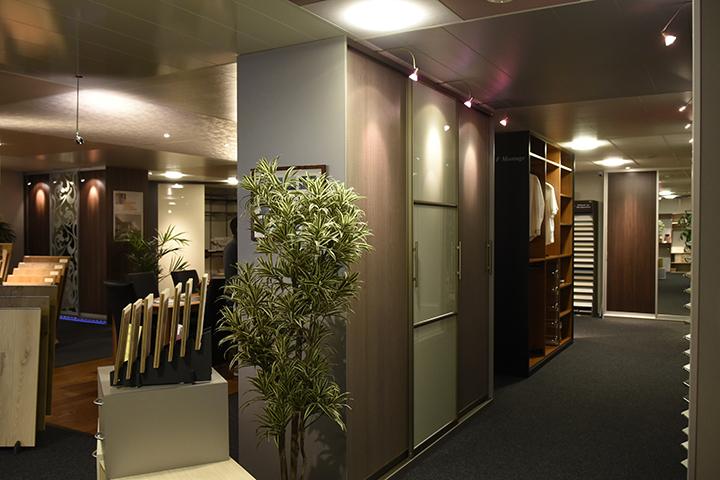 Schuifwandkast - New IPd kasten - Bronzen profielen, alu geslepen zijpaneel, korte deurgrepen en fijn bezaagde houten panelen