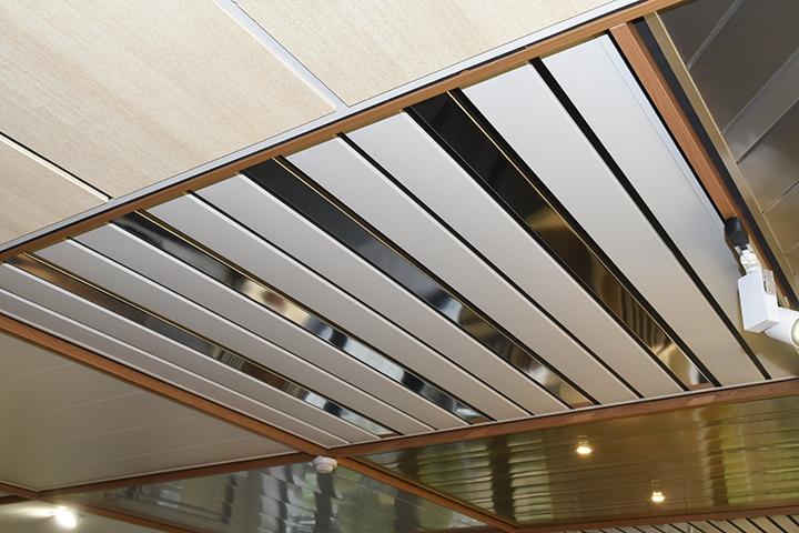 Aluminium plafond - Aluminium lamellenplafond combinatie van wit en chroomkleur met vulprofiel