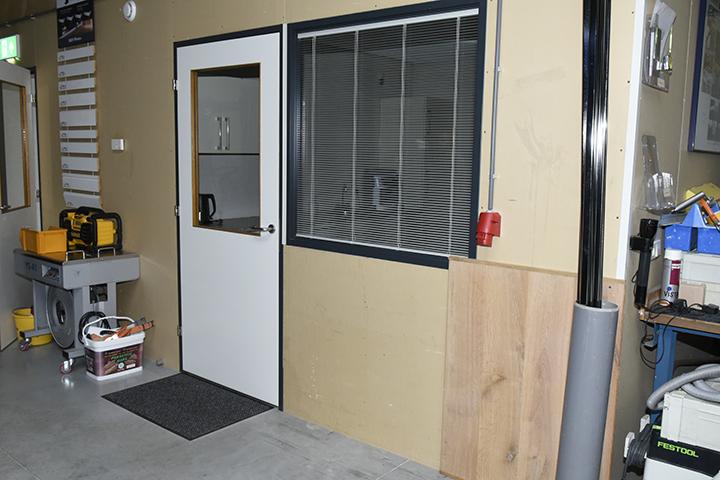 Glazen wanden - Systeemwand onafgewerkte gipsplaten en ingebouwd venster en deur