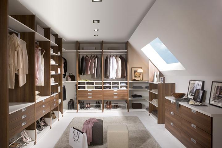 Kasten - Noteborn inloopkast met een open interieur ingedeeld met losse commodekasten, kledingliften, schoenenrekken en een stropdasrek