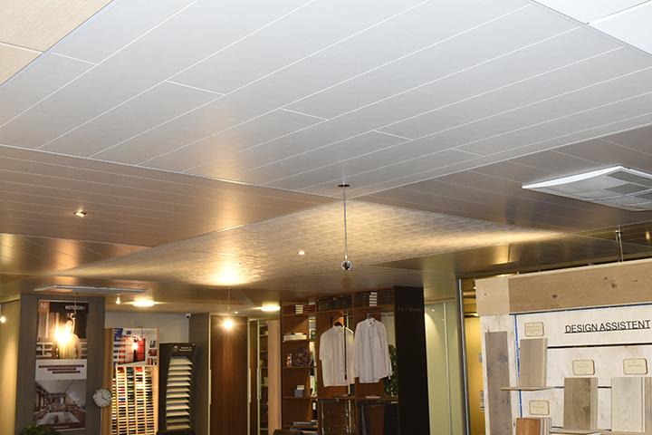Plafonds - Houten panelenplafonds, halfsteenverband, inbouwspots