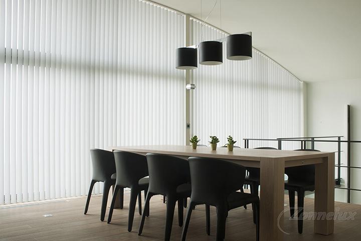 T & F Goirle - Verticale lamellen (Zonnelux zonnewering) in woonkamer