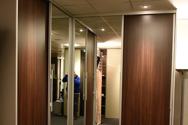 Kasten - New IPD hoekkast met schuifdeuren en spiegeldeuren in blankzilver